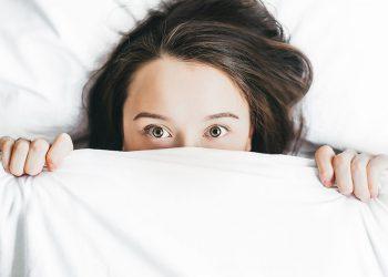 אישה חולה במיטה, צילום: Alexandra Gorn