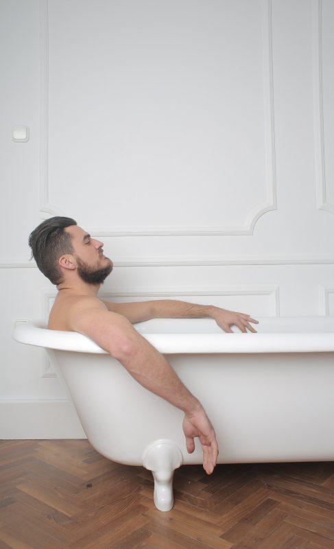 גבר באמבטיה
