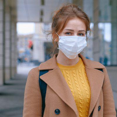 אישה לובשת מסיכה